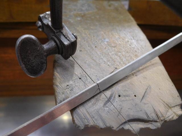 プラチナ板を糸ノコギリで2枚に切断