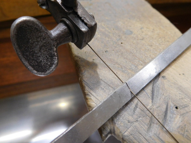 伸ばしたプラチナ板を2枚に切断をする