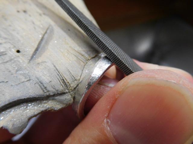 プラチナリングをヤスリで削る