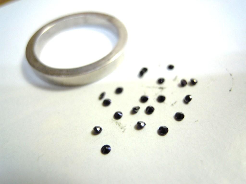 ブラックダイヤを指輪に入れる