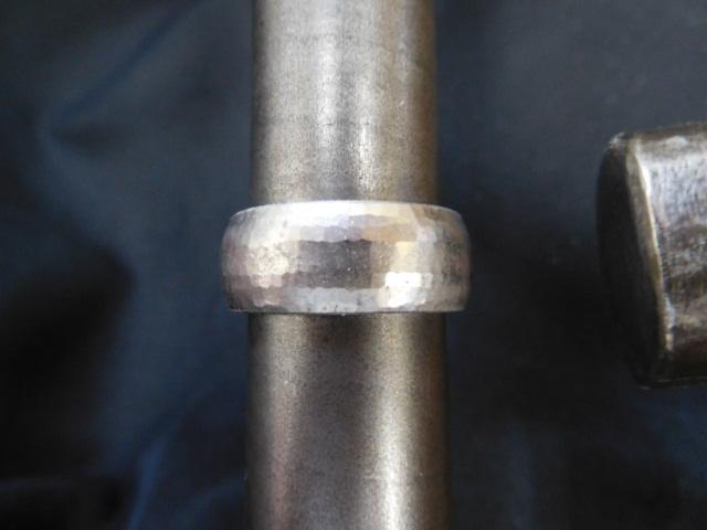 槌目の鍛造リング 金槌で叩いて指輪を平甲丸にする