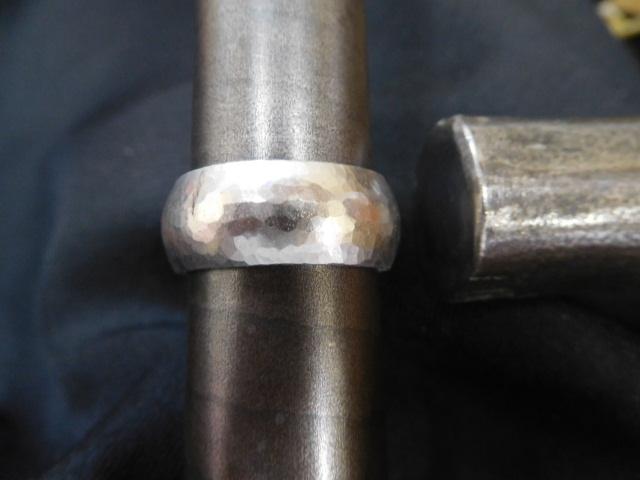 幅9ミリの極太・鎚目リング プラチナ鍛造リング