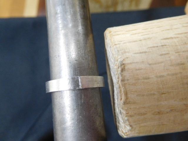 指輪を丸める方法-木槌で叩いて曲げる