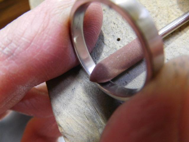 指輪の内側を磨く