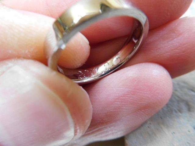 指輪の中に刻印を入れる