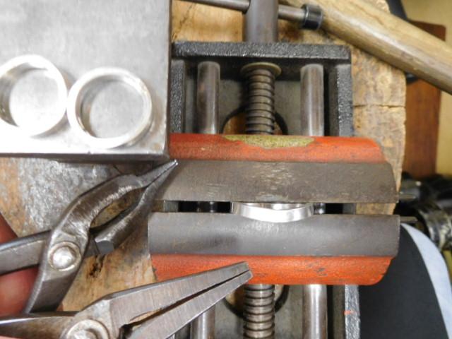 指輪を曲げる作業