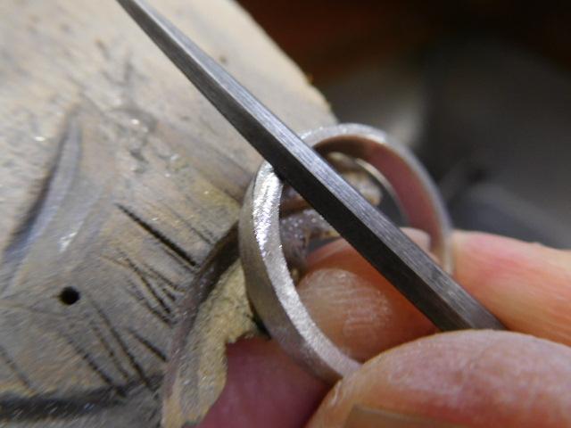 指輪の横を削る