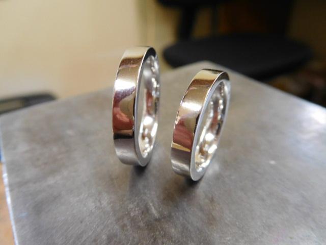 フラットでシンプルな結婚指輪