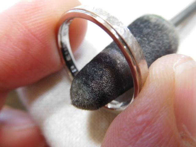 指輪 中を磨く