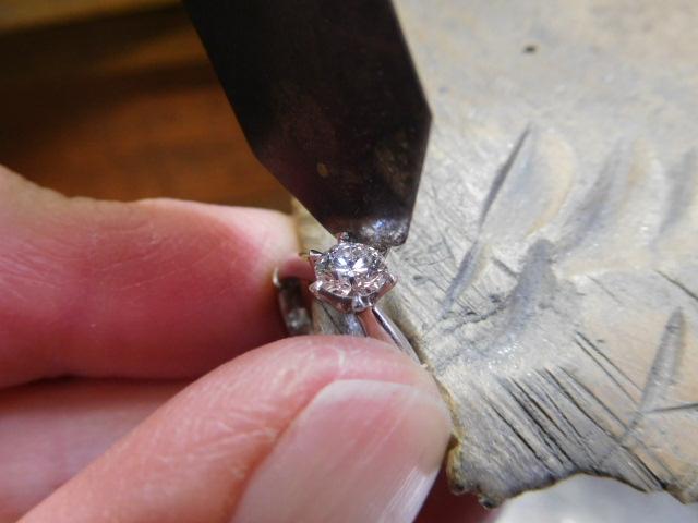 婚約指輪 ダイヤを外す
