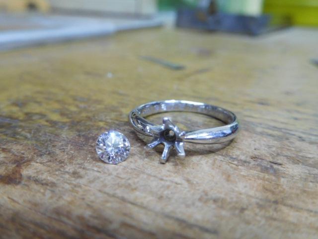 立て爪ダイヤリング