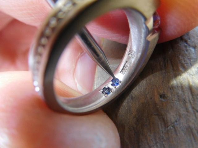 指輪の中側 誕生石の入れ方
