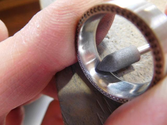 平打ち指輪 中を磨く