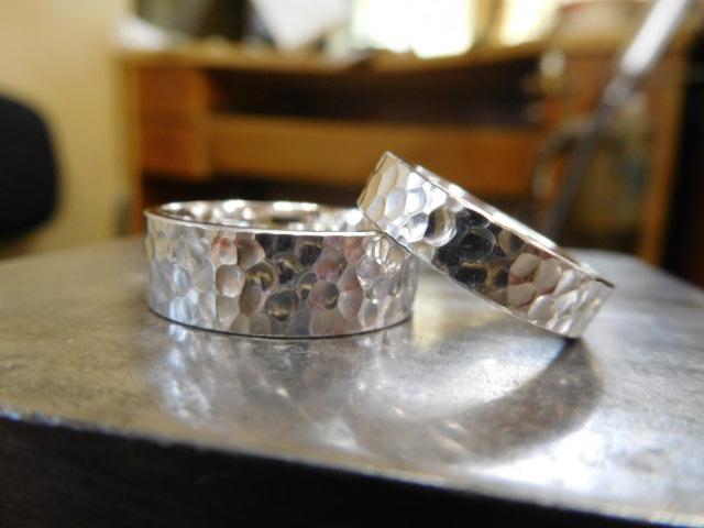 結婚指輪 幅広い 鎚目