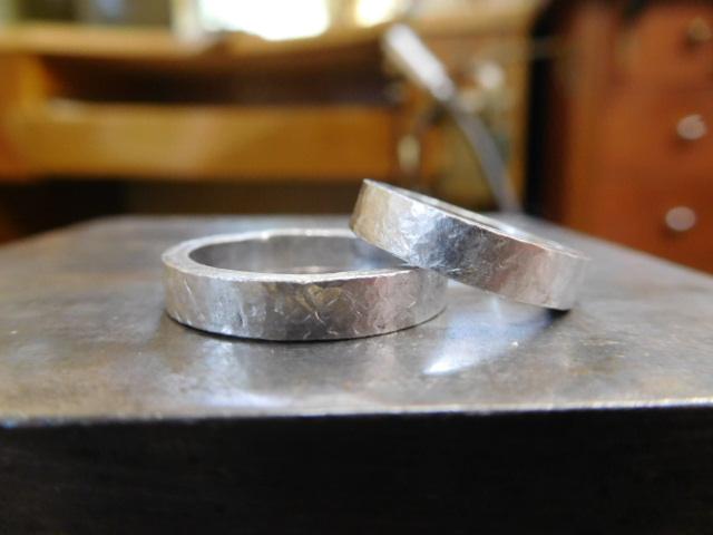 結婚指輪 叩き模様