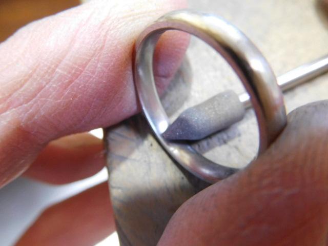 結婚指輪 内を滑らかに