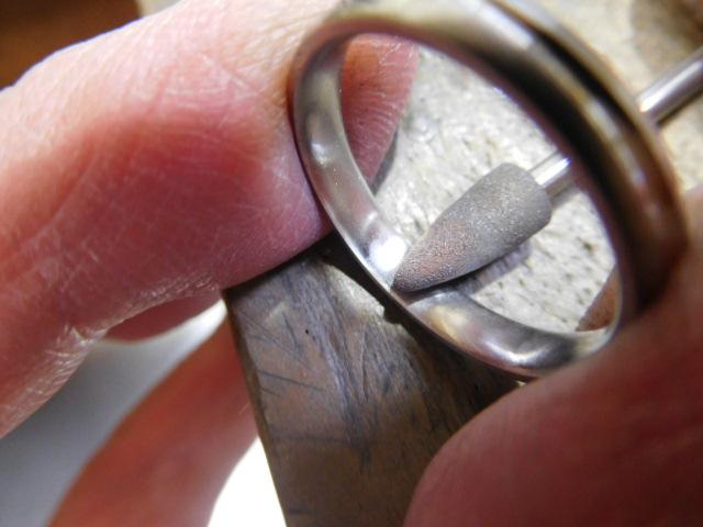 指輪の裏側を磨く