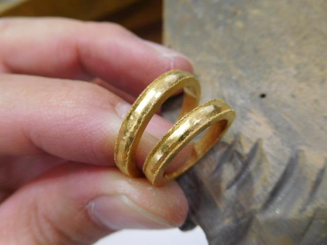 純金 結婚指輪 鎚目模様