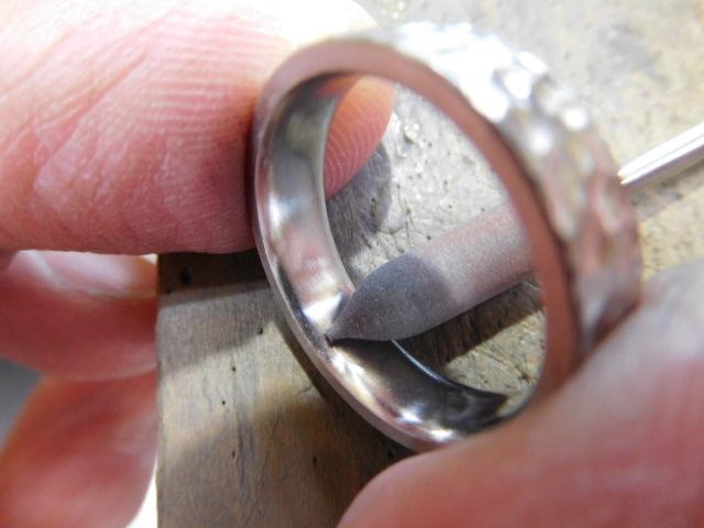鍛造結婚指輪 磨き