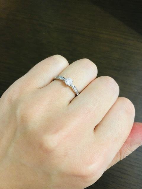 ダイヤが沢山入った婚約指輪