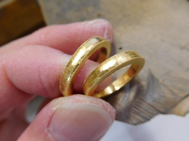 純金 槌目 結婚指輪