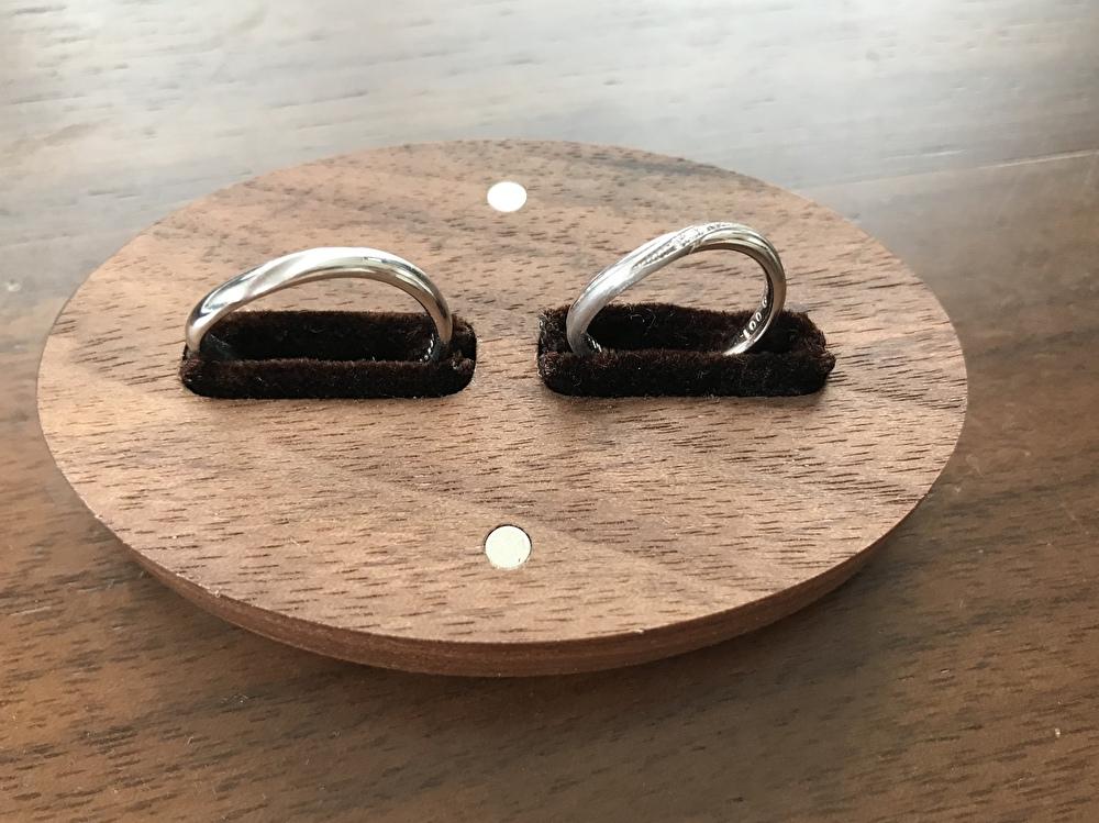 アーチがかった結婚指輪