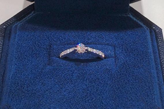 ダイヤを沢山使った婚約指輪