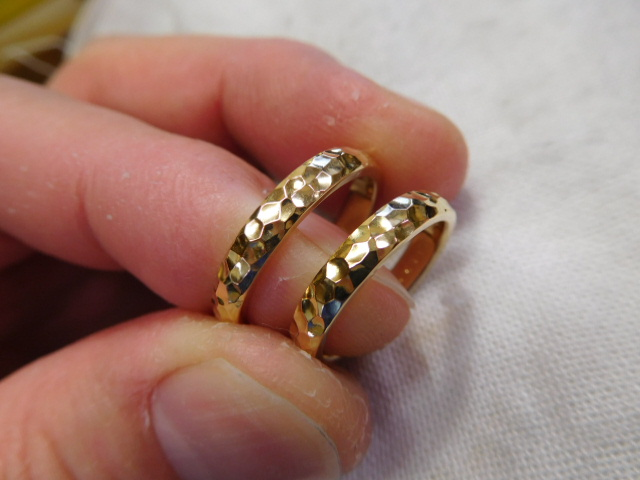 鍛造 ゴールド 結婚指輪